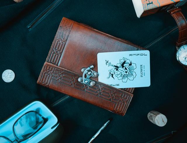 ② 海外移住後もクレジットカードは更新可能【更新カードを海外送付できるカード会社は一部】